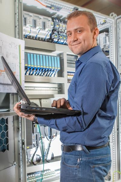 Berufserfahrener bei der Arbeit in der Elektroprojektierung bei KMA Umwelttechnik